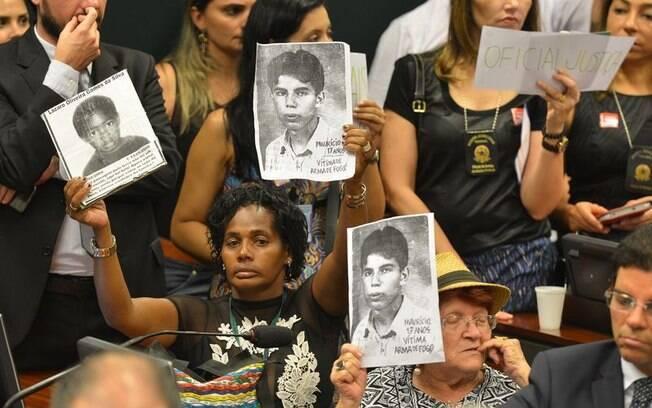 Manifestantes protestaram durante Comissão da Câmara que revogou Estatuto do Desarmamento