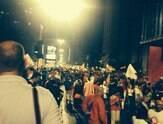 Partidários fecham avenida para comemorar reeleição