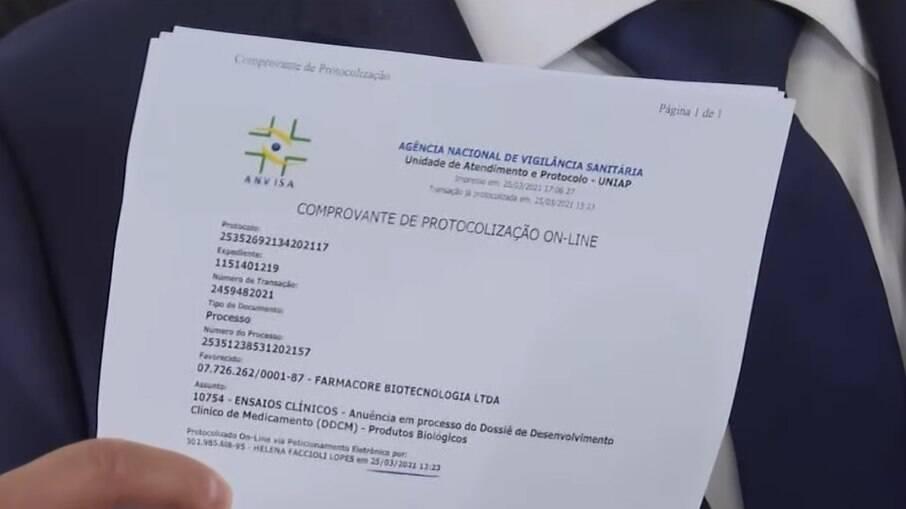 O ministro estava com o protocolo registrado na Anvisa e mostrou à imprensa