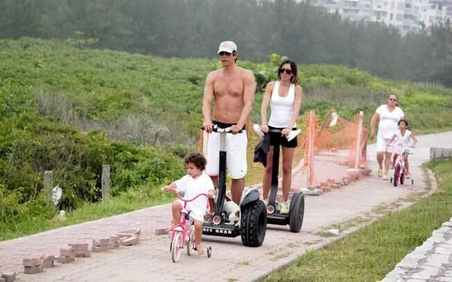 Felipe, os pais logo atrás, e Nina com a babá ao fundo