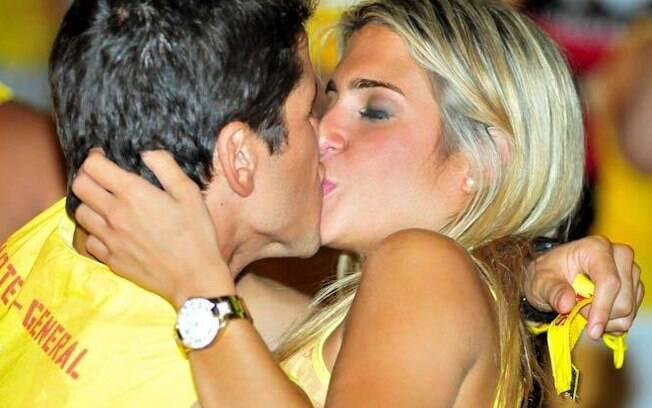 Bia Feres foi flagrada aos beijos nessa terça-feira (21), em Salvador