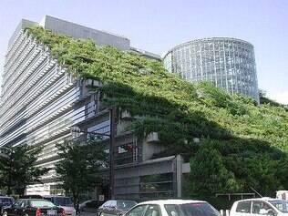 No Japão, todos os andares do edifício Acros Fukuoka ganharam pequenos arbustos