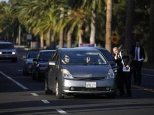 Carros formam fila ao chegar em homenagem para Steve Jobs