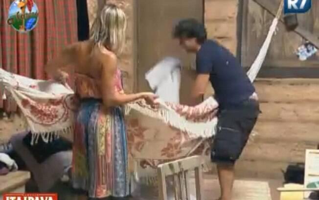 Anna Markun ajuda João Kléber após o apresentador cair da rede