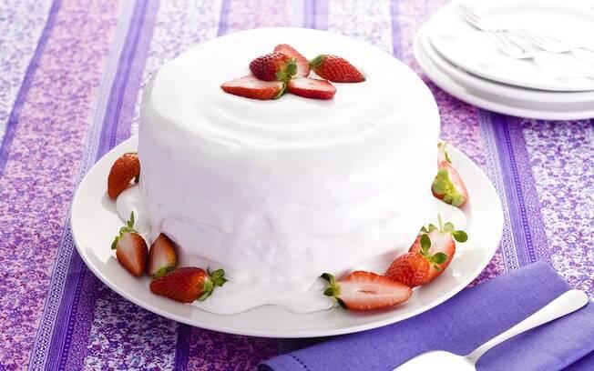 Foto da receita Bolo de aniversário com recheio de morangos e marshmallow pronta.