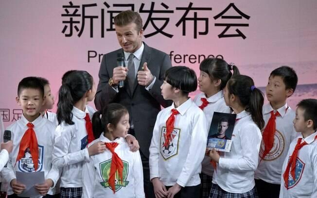 Jogador viaja e promove o futebol na China