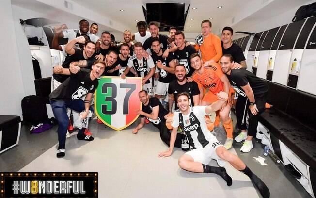 Jogadores da Juventus comemoram título no vestiário