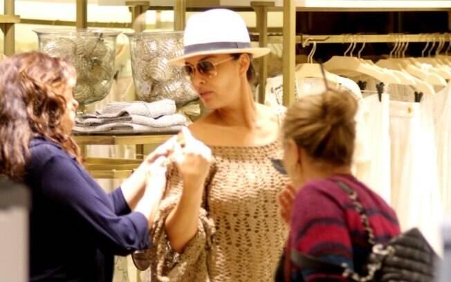 Juliana Paes escolhe roupas no Rio