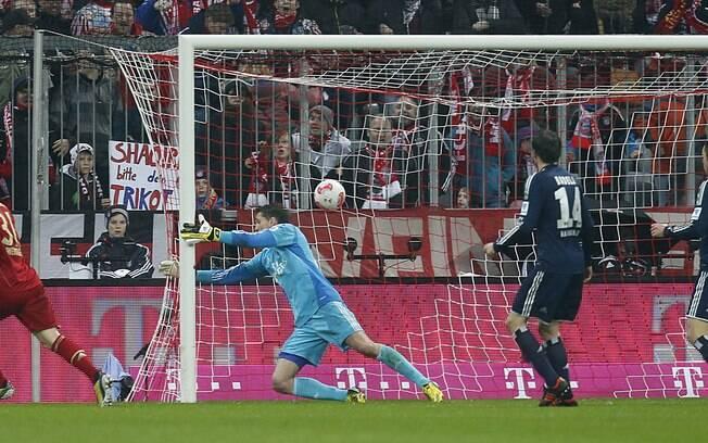 Bastian Schweinsteiger marca para o Bayern de  Munique na goleada sobre o Hamburgo