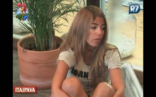 Raquel Pacheco conversa com Monique Evans na varanda da sede