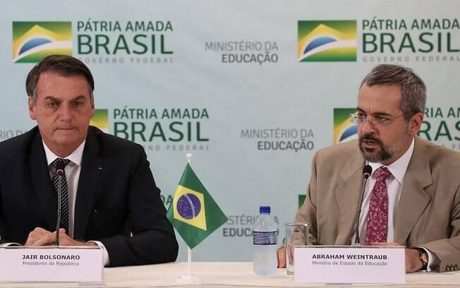 Presidente Jair Bolsonaro ao lado do ministro da Educação Abraham Weintraub