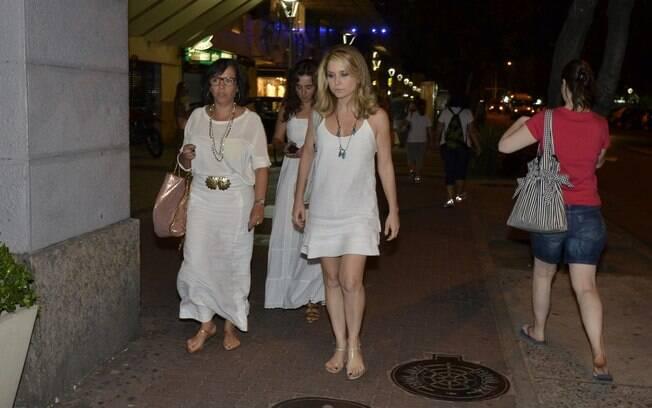 Claudia Abreu vestiu-se toda de branco na homenagem ao ator