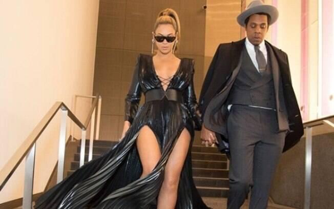 Beyoncé usa vestido preto com decote e fenda para jantar com Jay-z