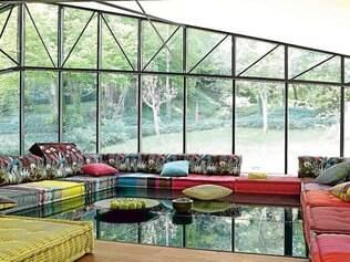Estampas dão movimento ao espaço e os traçados da parede em vidro estão em total sintonia com a proposta do décor