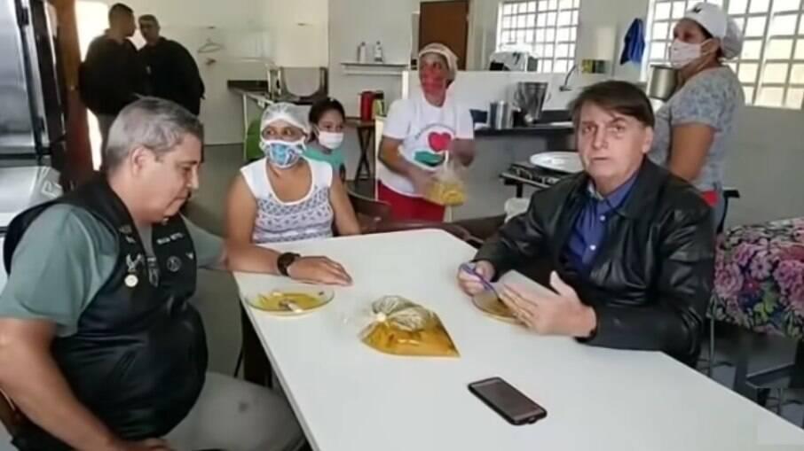 Sem máscara, Bolsonaro declara que não faz guerra política