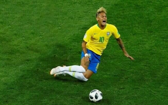 A cena de Neymar rolando na Copa ganhou memes nas redes sociais