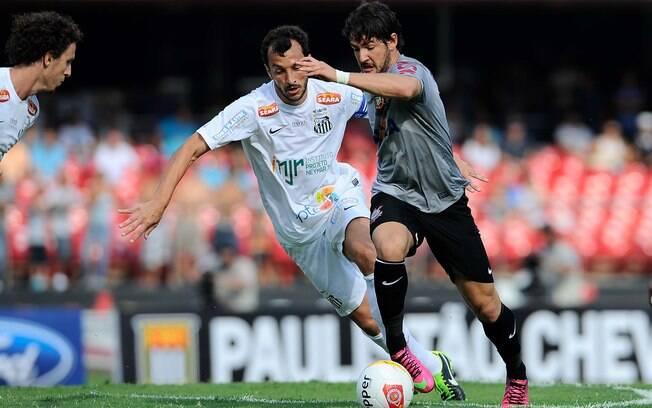 Pato conduz a bola e é acompanhado por Edu  Dracena