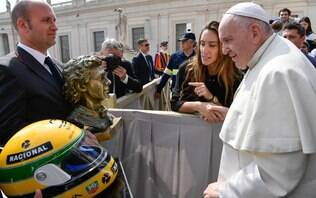 Papa recebe busto de bronze e capacete de Ayrton Senna no Vaticano