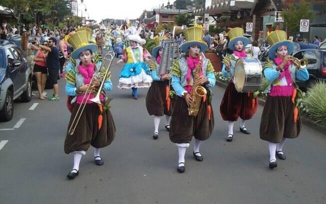 desfile de páscoa em gramado, com pessoas fantasiadas e tocando instrumentos