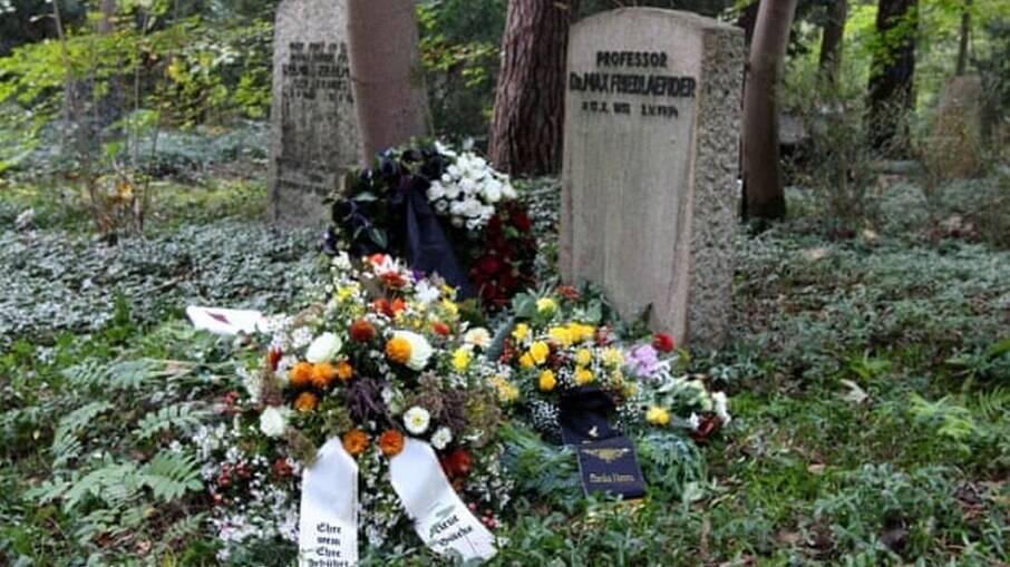 Cinzas de neonazista são enterradas em túmulo de judeu na Alemanha