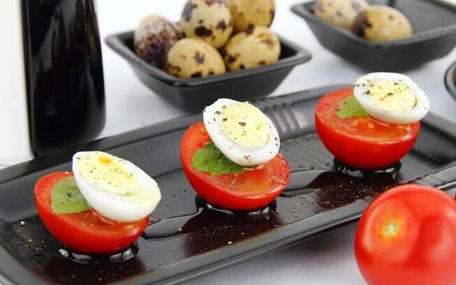 Ovos de codorna com tomate e temperos são uma ideia de petisco saudável com proteína