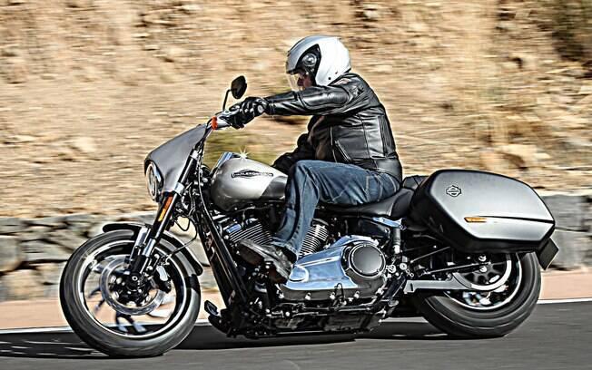 A Harley-Davidson Road Glide, com carenagem e alforjes removíveis