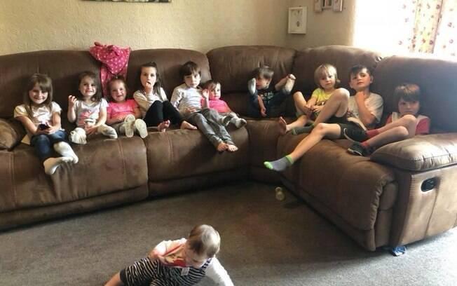 Parte da família Radford reunida - nada como um bom programa de TV para acalmar a garotada
