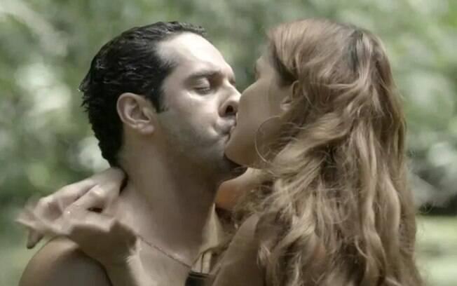 Alexia e Zezinho se beijam