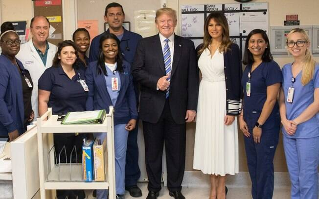 Donald Trump e Melania foram agradecer médicos, enfermeiros e profissionais de saúde por 'ajuda para salvar vidas'