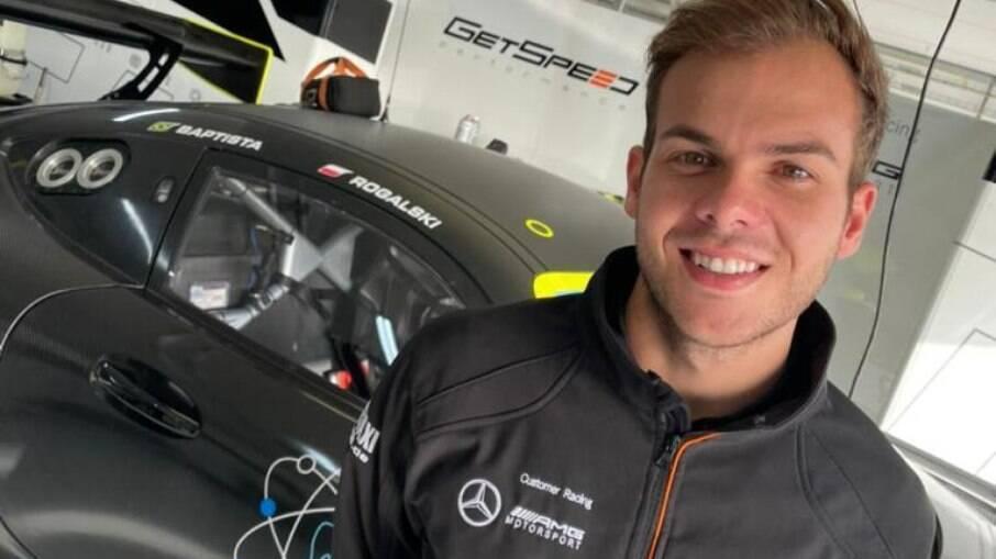 Bruno Baptista e o Mercedes AMG GT3 em um dos boxes do circuito de Paul Ricard, na França