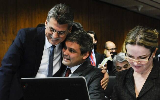 Senadores Romero Jucá (PMDB-RR), Lindembergh Farias (PT-RJ) e Gleisi Hoffman (PT-PR) durante reunião de trabalho para o encaminhamento pelos líderes e votação do Relatório. Foto: Marcos Oliveira/Agência Senado