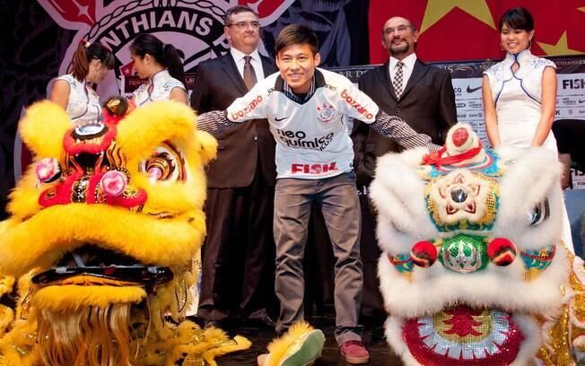 Meia posa ao lado de dragões chineses em sua  apresentação