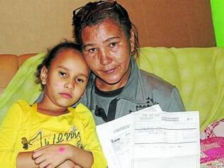 Sofrimento.  Sandra Oliveira mostra os inúmeros exames feitos por sua filha antes de ela ser operada