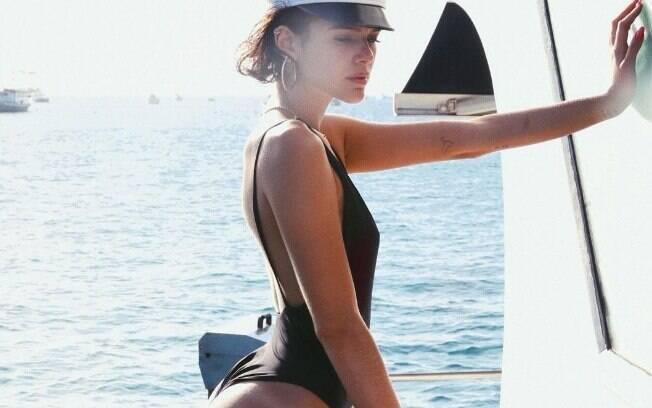 Bruna Marquezine publicou foto de maiô e seguidora apostou em photoshop, mas atriz negou
