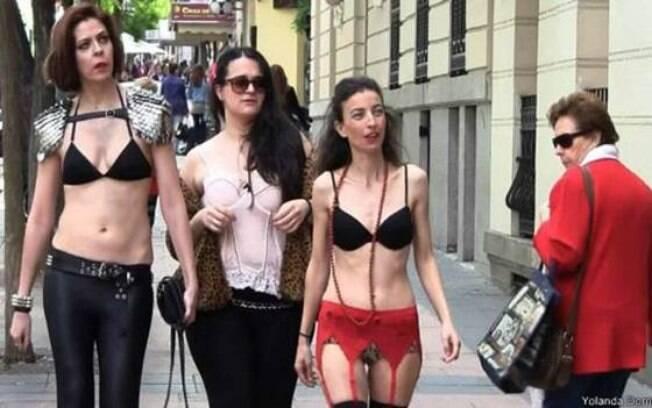 Espanholas protestaram contra a objetificação feminina após a veiculação de um comercial polêmico, que trazia mulheres só de lingerie