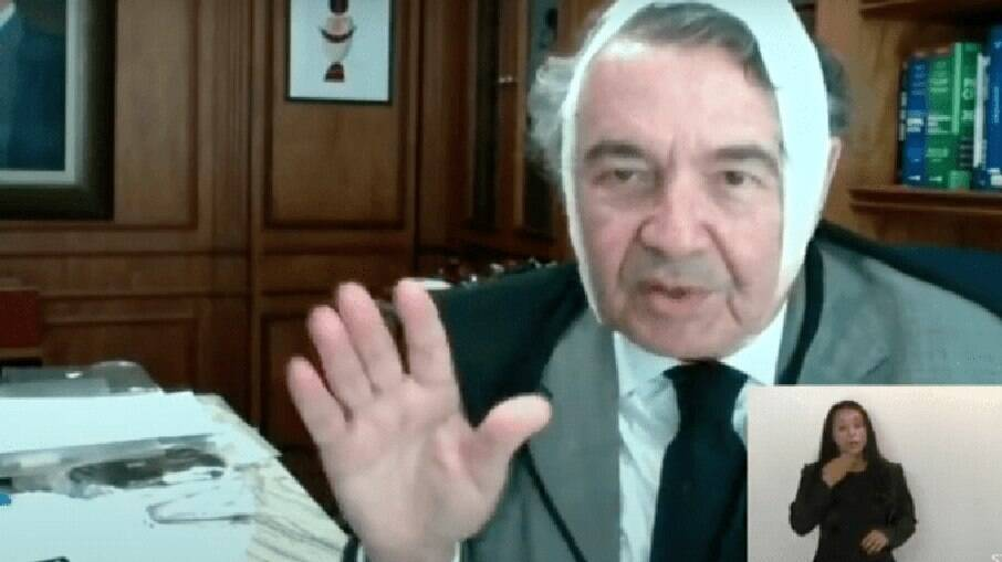 O ministro do STF surpreendeu ao aparecer em sessão com a cabeça enfaixada