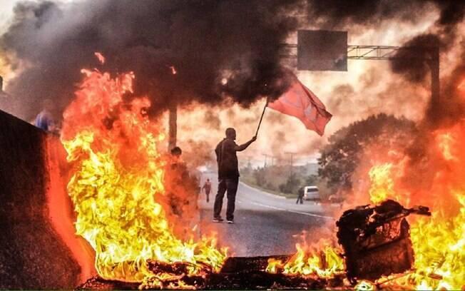 Manifestantes contra a saída de Dilma fecham a BR 101, que liga o Norte ao Sul do País. Foto: Frente Brasil Popular/Divulgação - 10.05.16