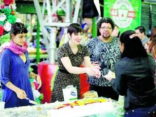 Festa. Clientes que foram ao estabelecimento puderam saborear bolo que marcou o aniversário