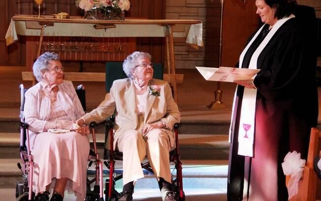 As norte-americanas Vivian Boyack (esq.), de 91 anos, e Alice Dubes (centro), de 90 anos, se casaram em Iowa, nos Estados Unidos, após 72 anos juntas