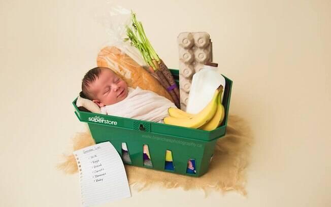 O ensaio fotográfico reconstruiu o cenário do estabelecimento onde a mãe deu à luz: um supermercado