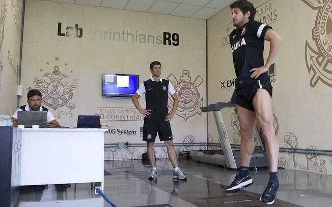 Pato passa por bateria de exercícios no  laboratório de biomecânica do CT do Corinthians