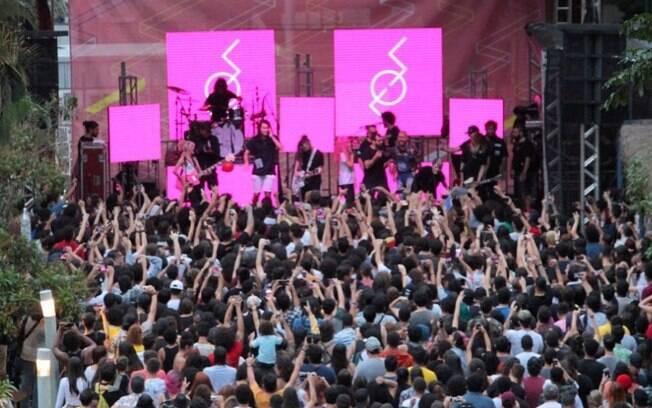 A pandemia fez com que o Sesc Pompeia cancelasse sua agenda de shows e postergasse negociações com artistas; na foto, show da banda Supercombo, antes da pandemia