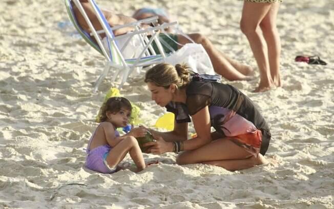 Grazi Massafera e Sofia dividem uma água de coco