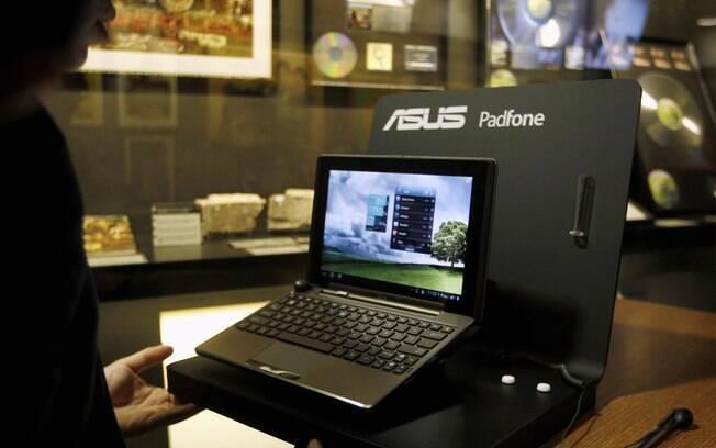 Smartphone Padfone, quando conectado aos docks, se transforma em um netbook de 10.1 polegadas