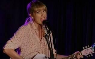 Já pensou? Taylor Swift aparece de surpresa e canta em bar LGBT+ de Nova York