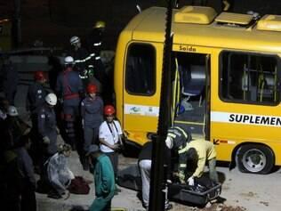 Corpo da motorista morta foi retirado do ônibus no início da noite