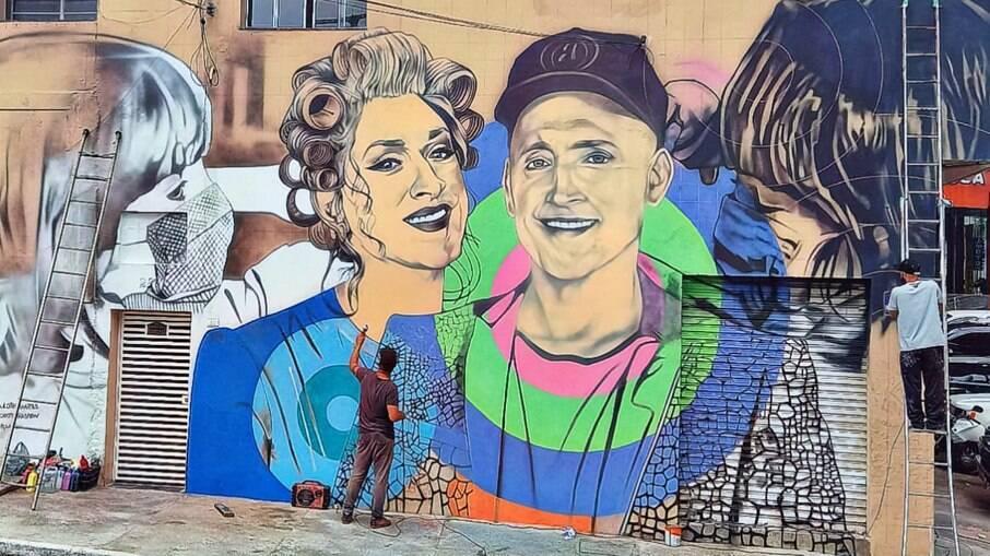 Arista faz mural em homenagem ao ator Paulo Gustavo