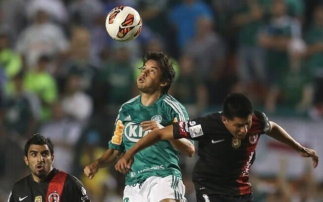 Tiago Real sobe mais alto que jogador do  Tijauane e faz o toque de cabeça