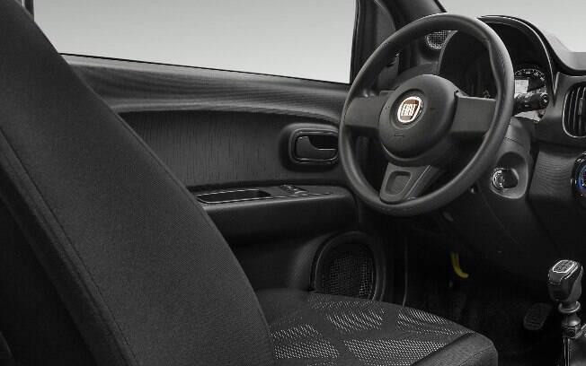 Traz retrovisor interno com câmera de ré, pré-disposição para som, sensores de estacionamento, entre outros