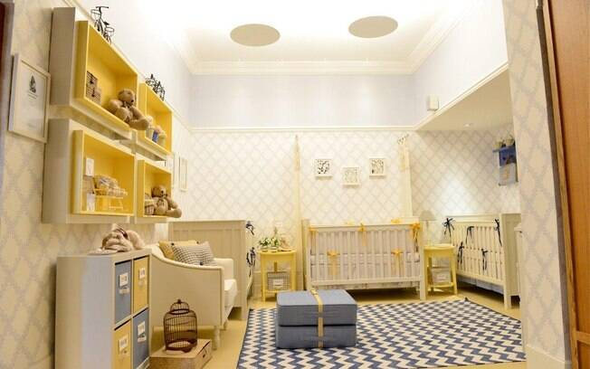 Os trigêmeos ganharam decoração neutra repleta de amarelo e azul. O quarto de Silvana Lara conta ainda com nichos na parede